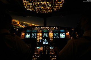 A330 Cockpit Lichter im Kurvenflug | by Pilots of Swiss