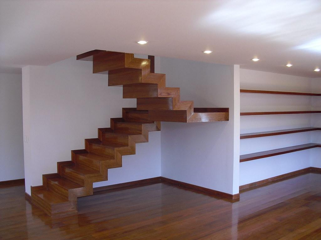 Escalera en madera con estructura met lica arquitecto for Escaleras retractiles