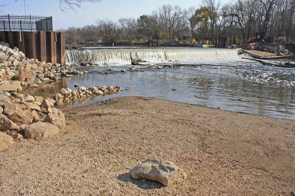 Mequon thiensville dam milwaukee river thiensville villa for Milwaukee river fishing