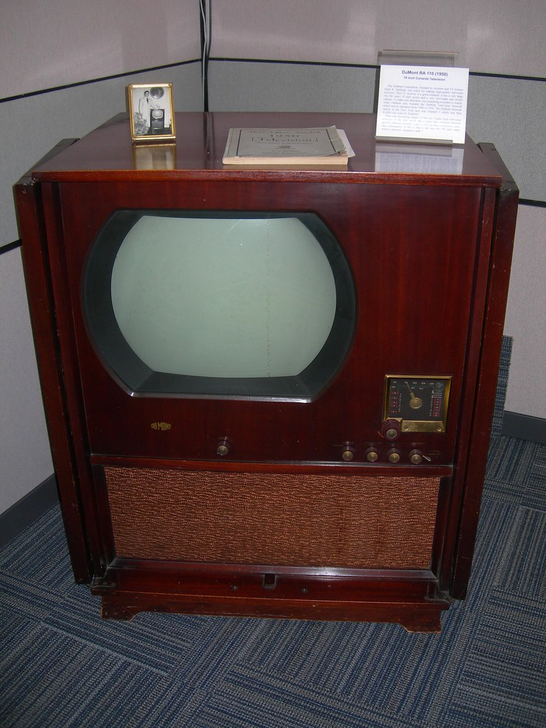 Big screen dumont tv circa 1950 a big screen 19in for Domon television