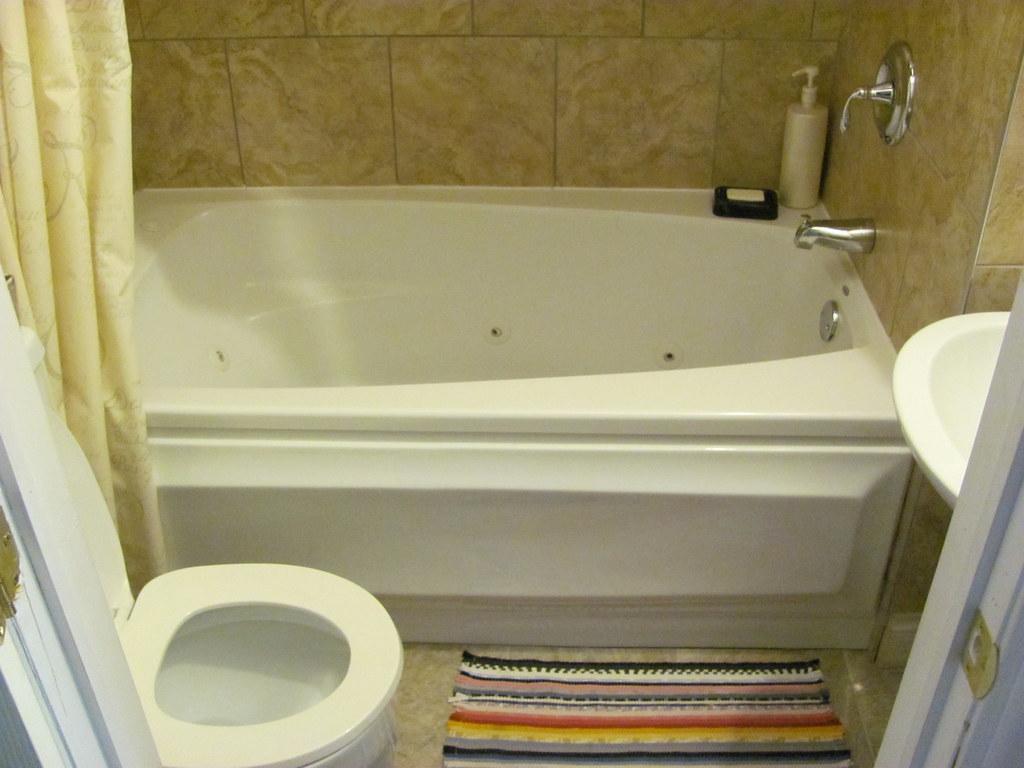 Salle de bain avec douche et bain tourbillon rene for Chambre avec bain tourbillon montreal