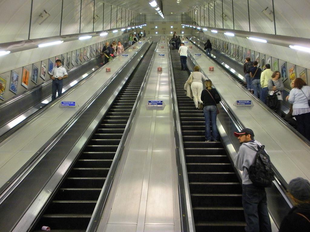 Escalator at holborn station long but not the longest for Escalera de 7 metros