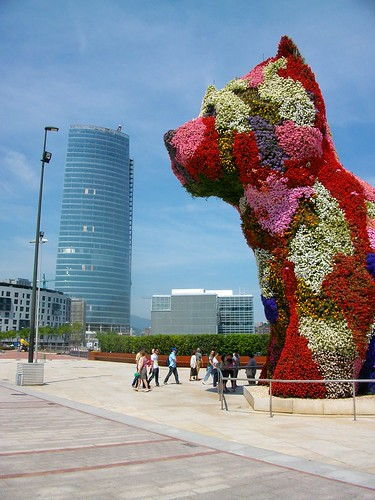 "Jeff Koons' ""Puppy"" near Guggenheim Museum 