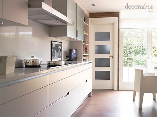 Una cocina moderna con muebles blancos para conseguir for Una cocina moderna