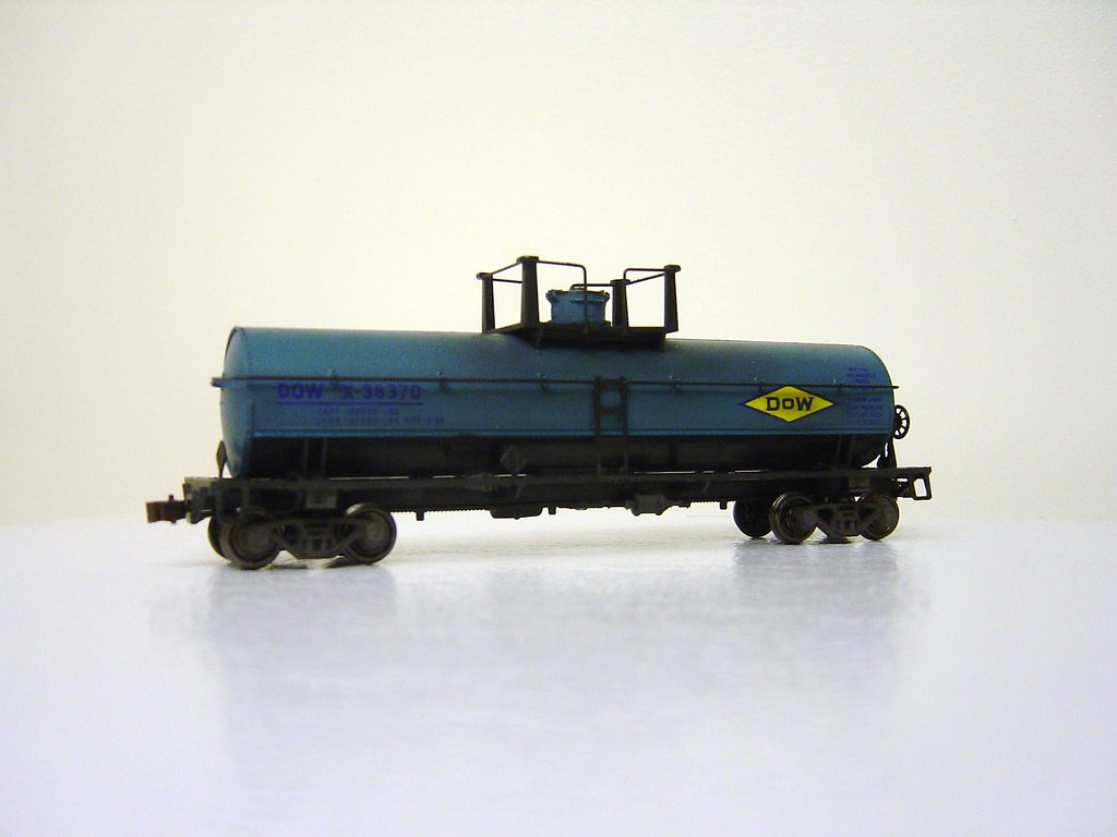 Athearn Dow Chemical tank car