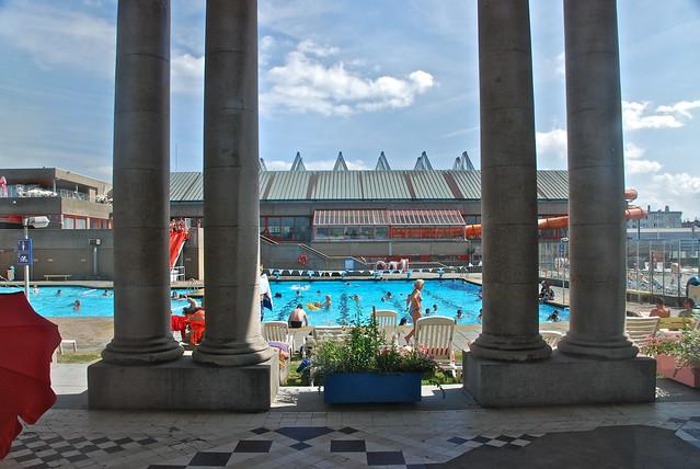 Derri re les vitres de la promenade royale la piscine en for Piscine oostende