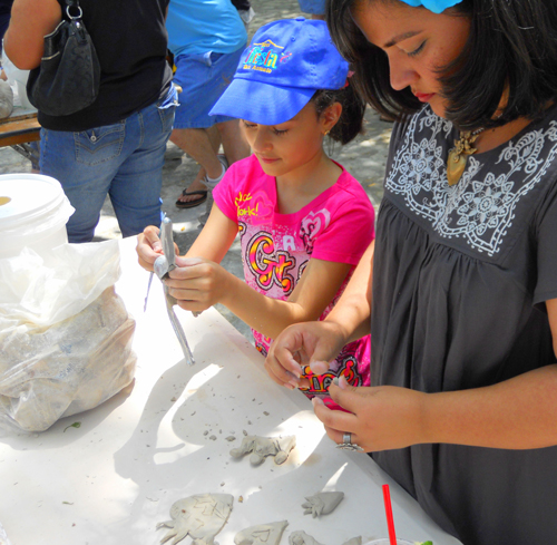 Playing with clay at the Children's Art garden. | by Lorena Angulo