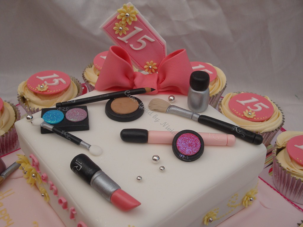 Make-up cake and cupcakes This cake was ordered by a ...
