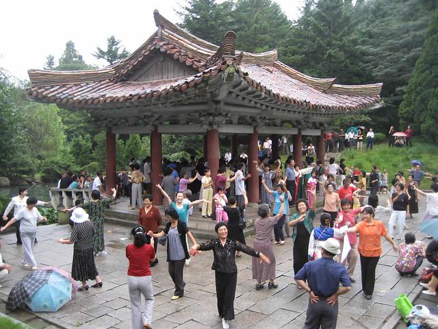 国名を変えると発表した北朝鮮当局。写真は2010年10月、観光地でダンスを披露する市民(D-Stanley/Flickr)