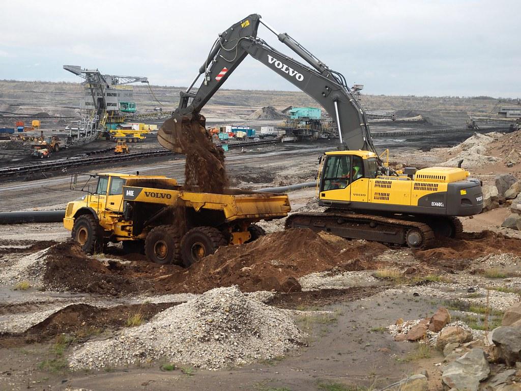 Volvo EC460C Excavator loading truck | The Volvo excavator ...
