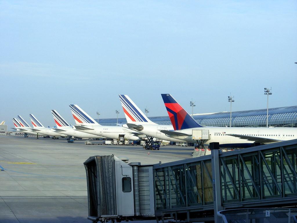 Air france delta air lines tails terminal 2e paris cdg for Salon air france terminal 2e