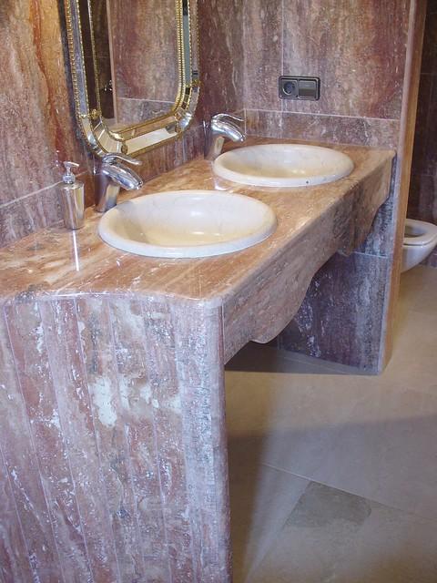 Ba o de m rmol travertino rojo y lavabo de m rmol marfil for Marmol travertino rojo