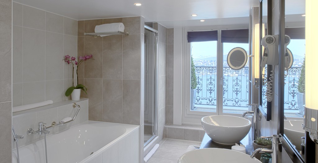 Salle de bain semi ouverte chambre deluxe d cor es de for Modele salle de bain parentale