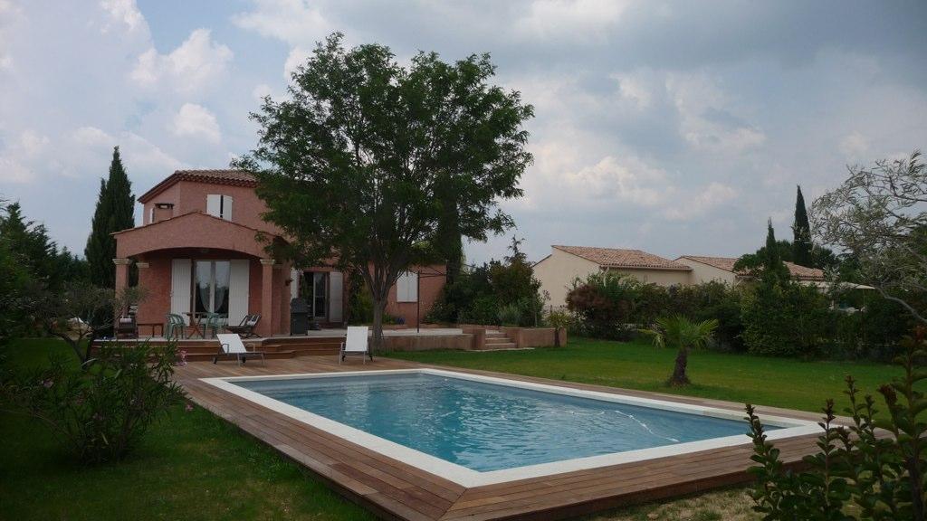Terrasse deck piscine bois ip la tour d 39 aigues 84 eco for Terrasse piscine bois