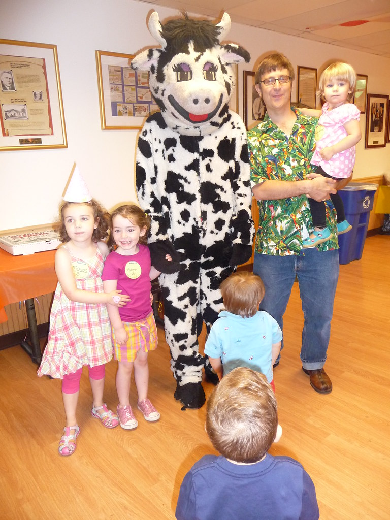 Stew Leonard's mascot is a skinny cow. | edgaylebronx | Flickr