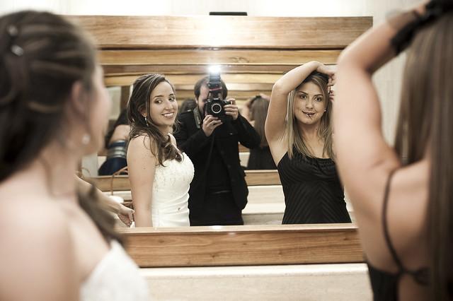 Autoretrato con novia y amiga en el ba o de mujeres del for Chicas en el bano