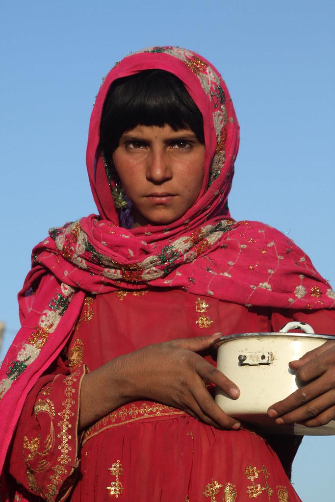 Young Kuchi girl / Une jeune Kuchi | A Kuchi girl carries ...