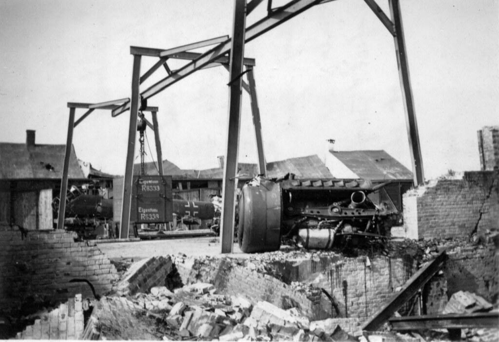 Estragos de bombas em Melsbroek, Bruxelas, 1944 (apud J. Roberts, Flickr)