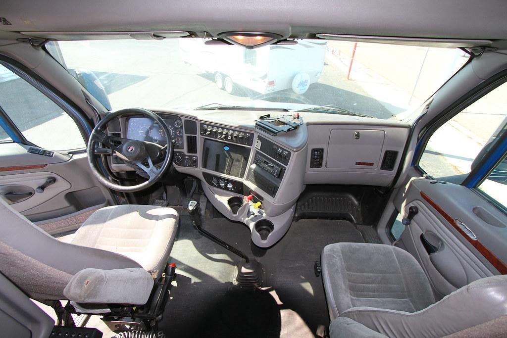 Kenworth semi tractor truck t2000 interior interior cab for Interieur kenworth t2000