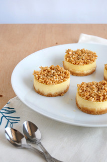 Vanilla and macadamia crumble mini cheesecakes / Mini cheesecakes de baunilha com cobertura crumble de macadâmia | by Patricia Scarpin