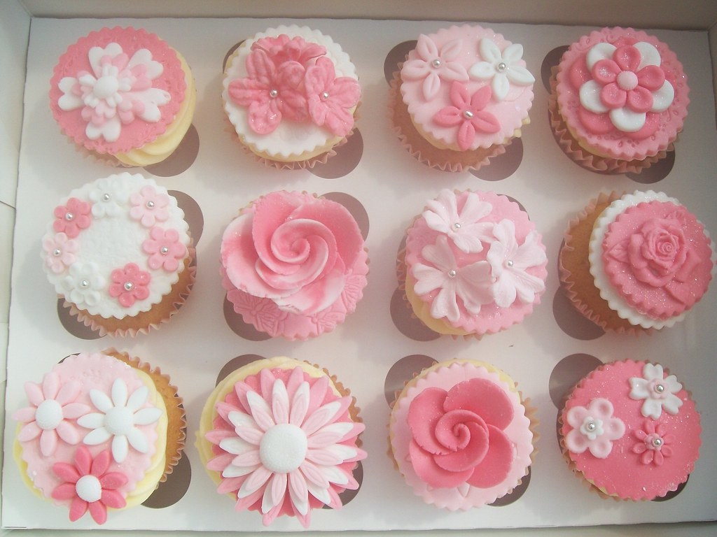 Pink And White Flower Cupcakes Cakeebakey Pink And White F Flickr