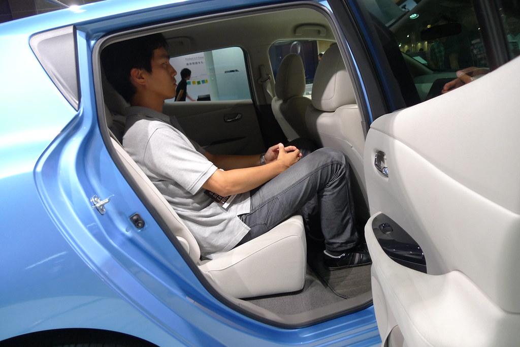 身長180センチ男性が日産リーフの後部座席に座った図 運転席は身長180センチ男性のドライビングポジションに