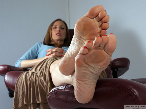 MILF showing soles