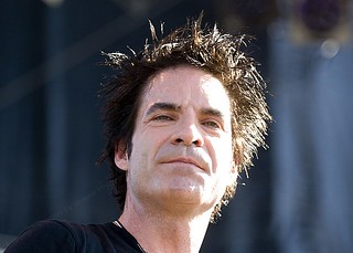 Pat Monahan of Train Smiles admiring the crowd in Denver. | by hgrapek