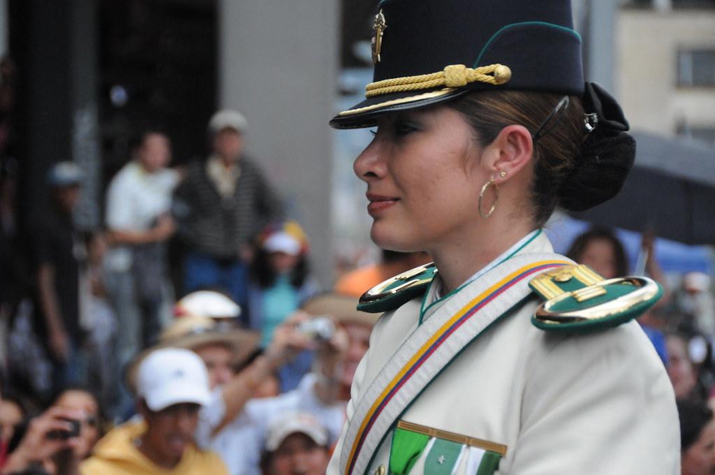 Mujer Oficial de la Caballería de la Policía Nacional de C ...