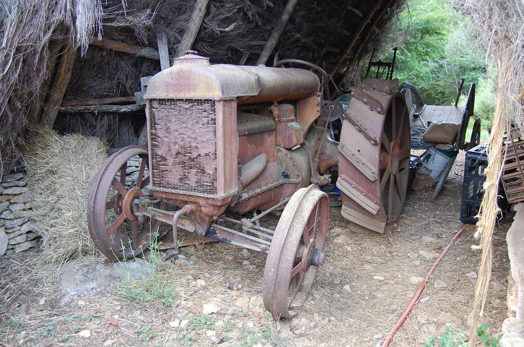 les cabanes du breuil vieux tracteur avec roues en fer. Black Bedroom Furniture Sets. Home Design Ideas