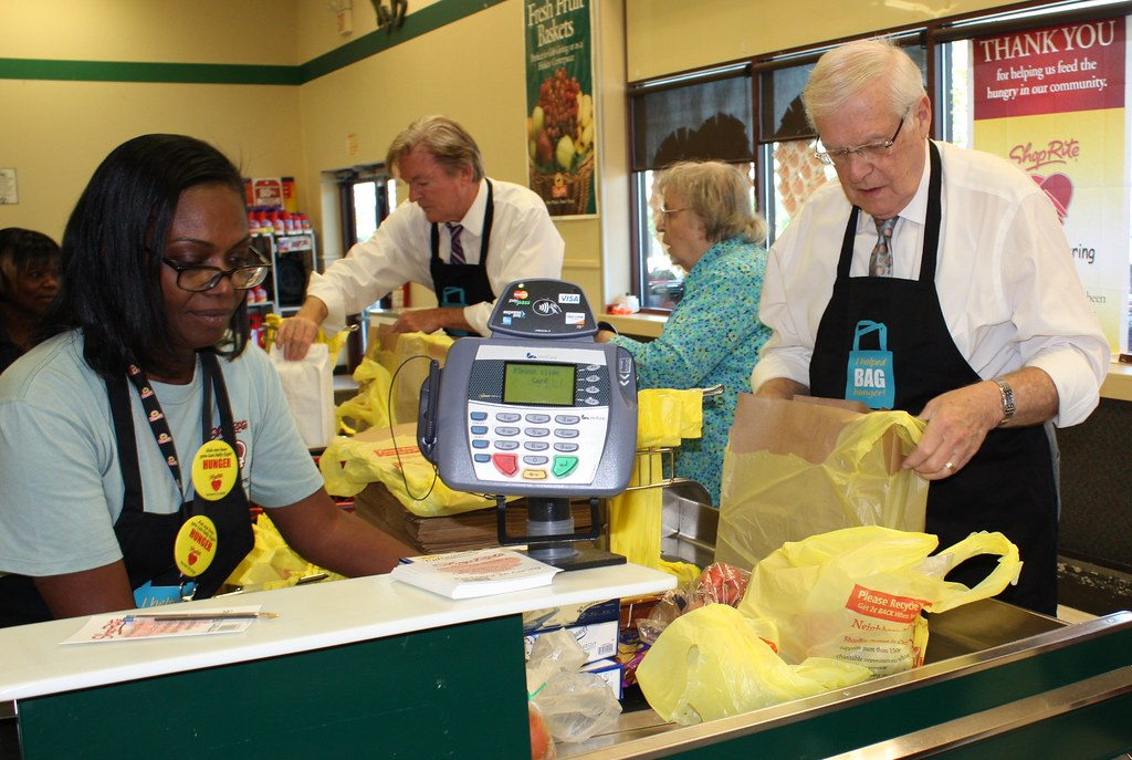 Mayor Platt And A Shoprite Cashier Help Scan And Bag One S Flickr