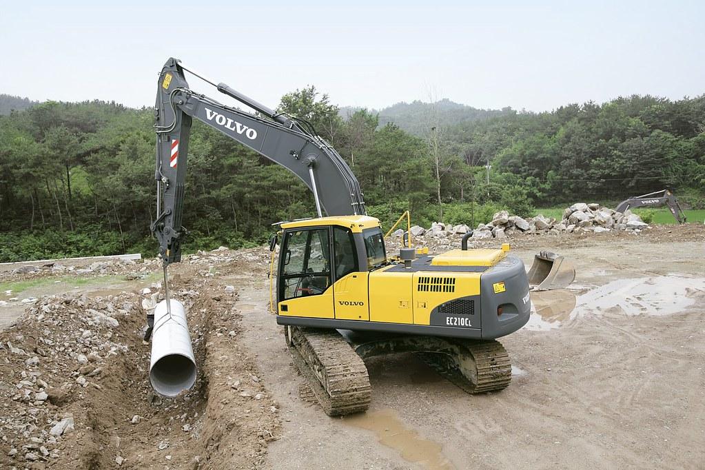 Volvo EC210C Hydraulic Excavator lifting pipe | The Volvo ...