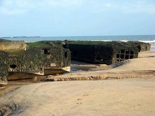 Plage d 39 arromanches et les restes du port artificiel mulberry flickr photo sharing - Port artificiel d arromanches construction ...