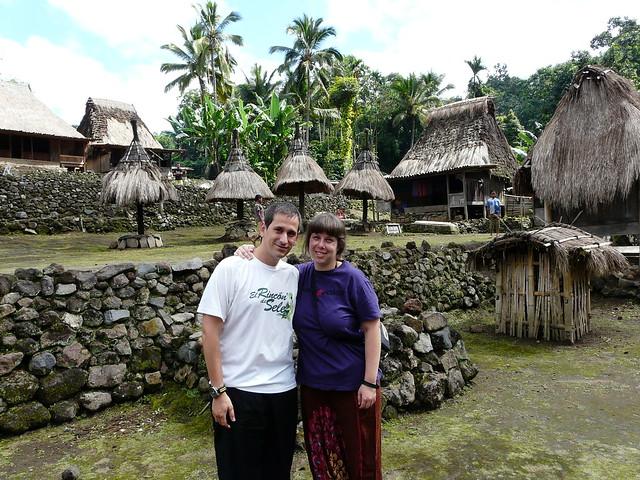Sele y Rebeca en un poblado ngada en Bajawa (Flores, Indonesia)