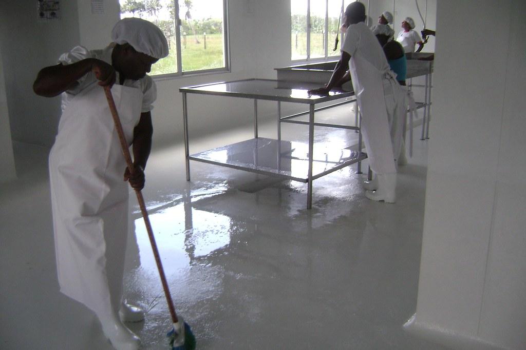 Limpieza y desinfecci n de mesas mesones y pisos de la pl for Pisos en la corredoria