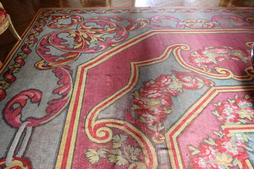 tapis salon rouge le tapis acquis en 1982 est une. Black Bedroom Furniture Sets. Home Design Ideas