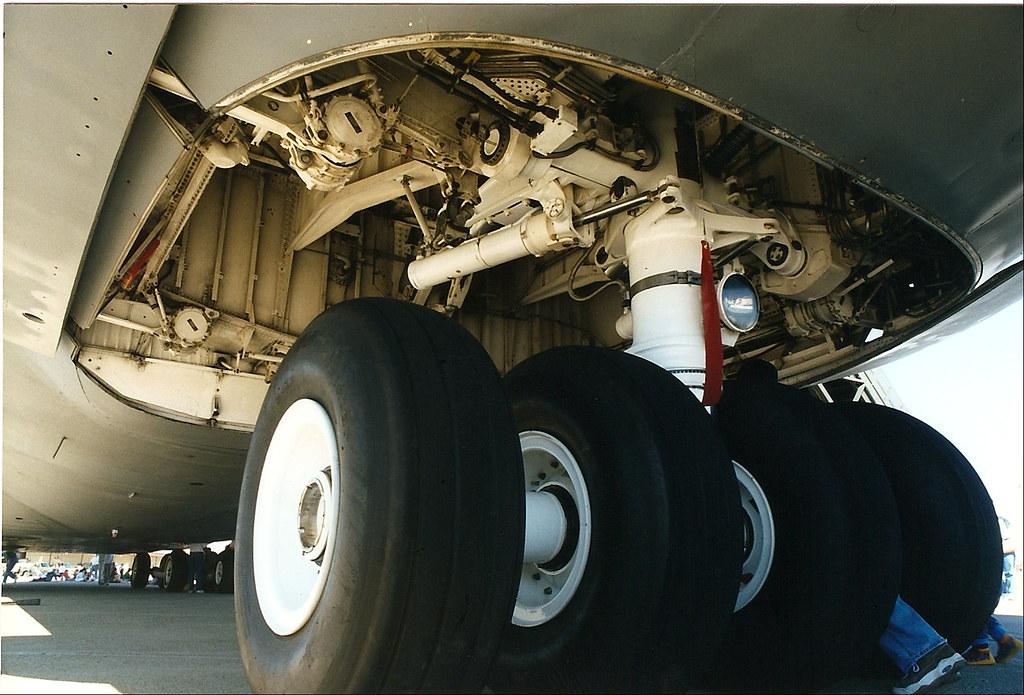 Lockheed C5 Galaxy nose gear, USAF | 4 wheel bogies for ...