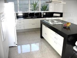 Cozinha com piso de granito branco siena piso de granito for Tipos de granito para pisos