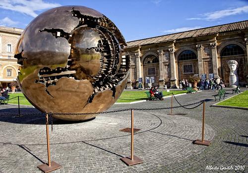 Sfera con sfera di arnaldo pomodoro sfera con sfera nel for Opere di arnaldo pomodoro