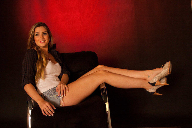 Aline BBB 15 fasendo pose sexy.