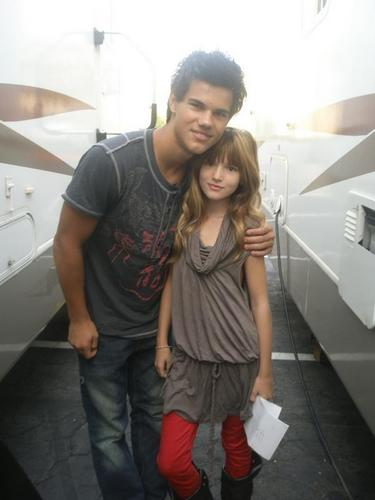 mackenzie foy and taylor lautner kissing - photo #27