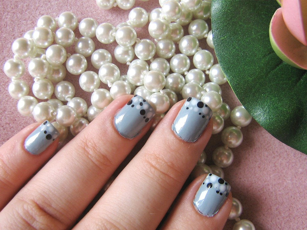 Grey polka dots nail art