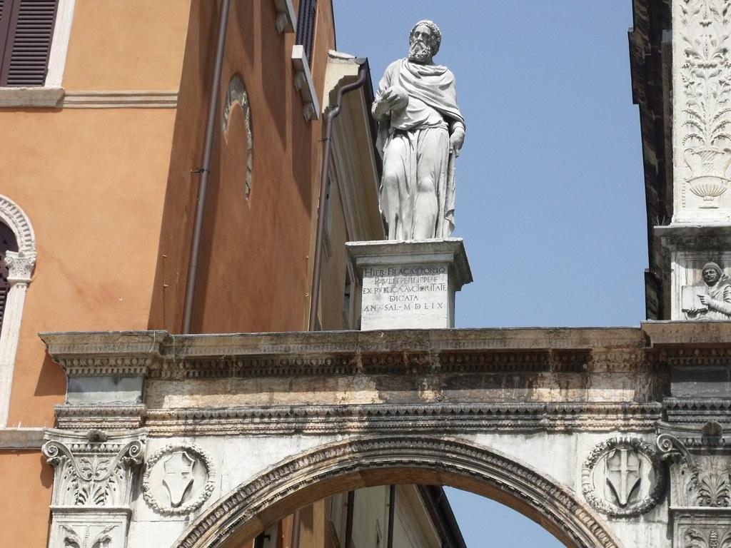 Arch bearing the statue of Girolamo Fracastoro, Piazza dei ...