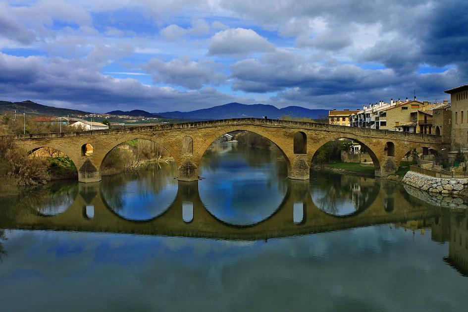 Puente medieval de Puente la Reina, Navarra :: Albergues del Camino de Santiago