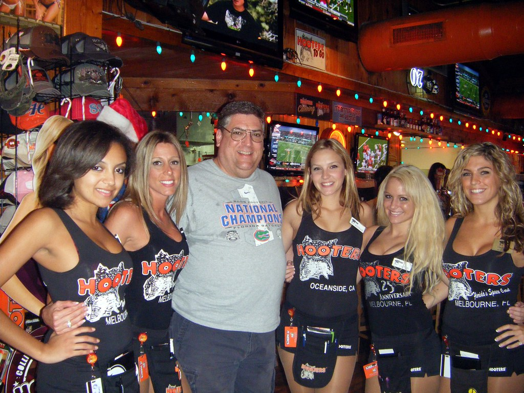 Me With The Girls Of The Melbourne Hooters  Lyle Scott -4479