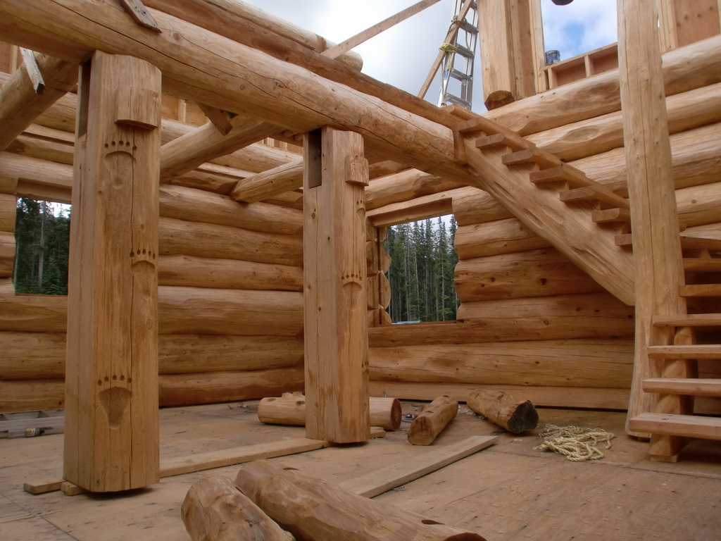 Casa de troncos por dentro la escalera y las tallas en - Casas de madera por dentro ...