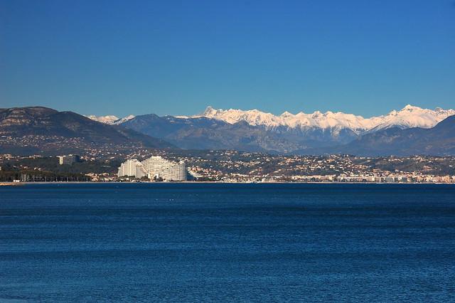Marina baie des anges et les alpes italiennes vu du fort c for Piscine marina baie des anges