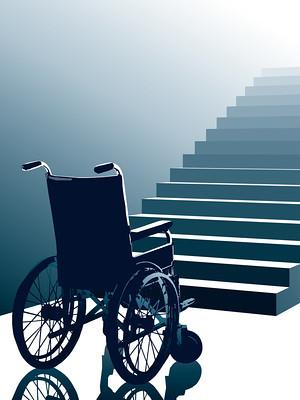 Tyhjä pyörätuoli portaiden edessä