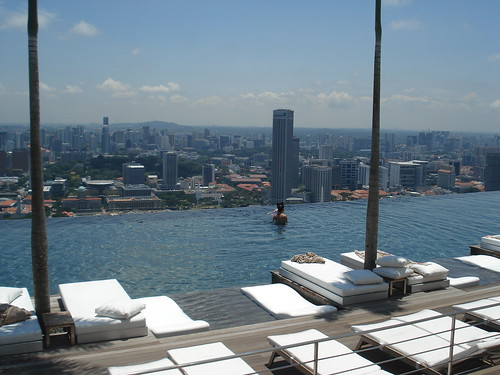 Piscina no topo do hotel Marina Bay Sands | by Laura Lessa