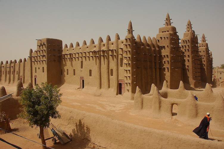 The mud built 39 grande mosque 39 at djenne mali the man for Interieur de la terre